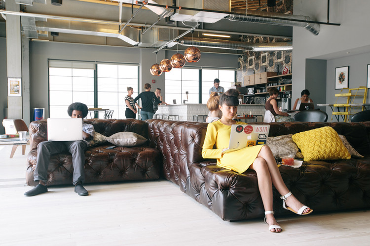Área común en el espacios WeWork en D.C.. Imagen © WeWork