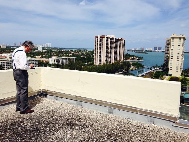 Moneo contempla el predio del proyecto (esquina superior derecha) desde una azotea cercana. Imagen cortesía de Apeiron Miami