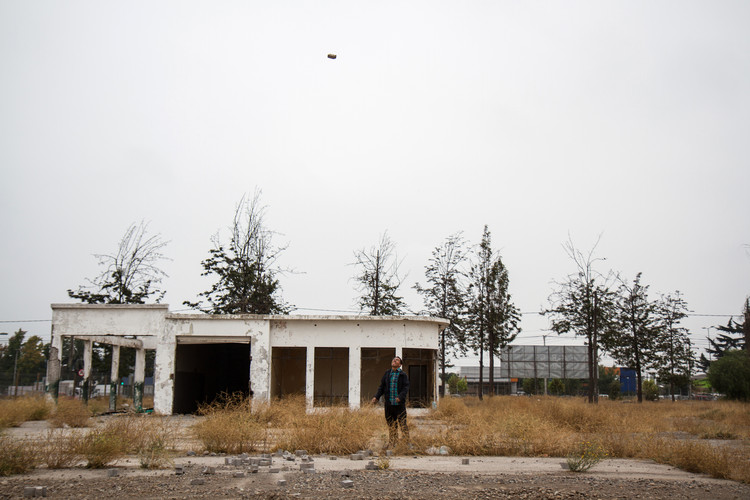 Locación: Ex aeródromo Cerrillos Artista: Abraham Cruz Villegas. Image © Angelina Dotes