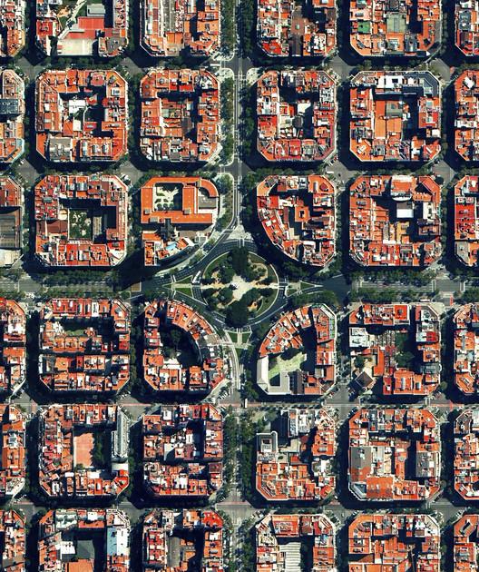 Barcelona, España. Imagen cortesía de Daily Overview. © Satellite images 2016, DigitalGlobe, Inc