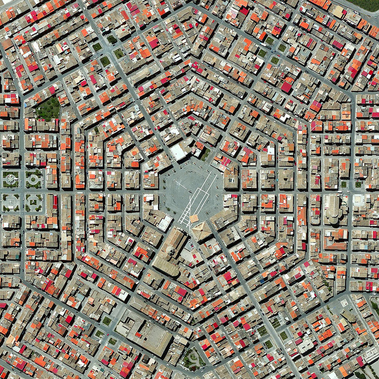 Grammichele, Italia.  Imagen cortesía de Daily Overview. © Satellite images 2016, DigitalGlobe, Inc