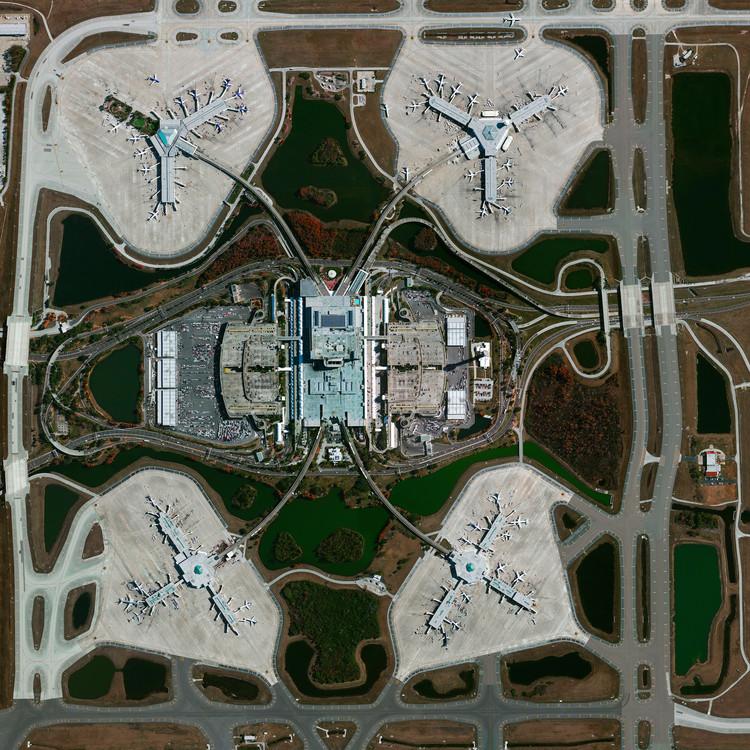 El aeropuerto internacional de Orlando, Florida, EE.UU. Imagen cortesía de Daily Overview. © Satellite images 2016, DigitalGlobe, Inc