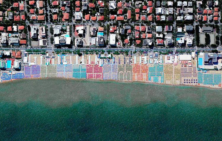 Pesaro, Italia. Imagen cortesía de Daily Overview. © Satellite images 2016, DigitalGlobe, Inc