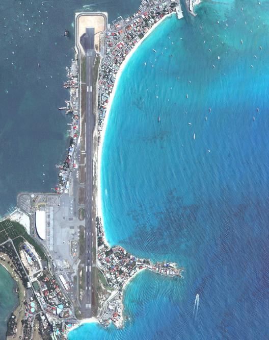El aeropuerto internacional Princess Juliana, San Martín. Imagen cortesía de Daily Overview. © Satellite images 2016, DigitalGlobe, Inc