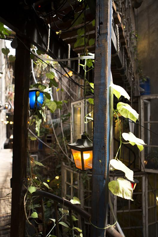 Plantas y lámparas cuelgan del cielo. Image © MABO PHOTO