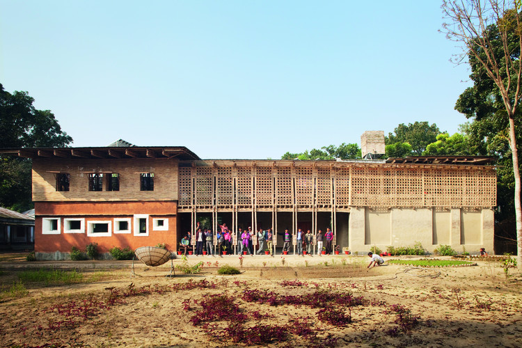 DESI Training Centre (Dipshikha Electrical Skill Improvement) (Rudrapur, Bangladesh, Asia) / Anna Heringer. Image © Kurt Hoerbst