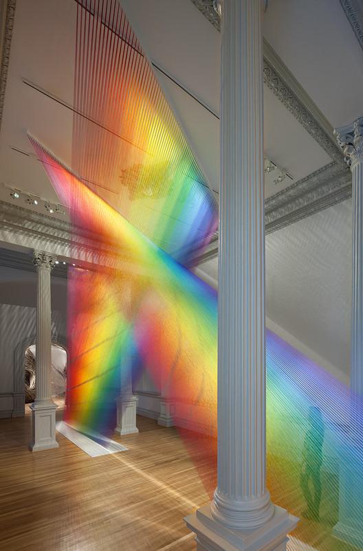 La instalación de Gabriel Dawe usa 100 kms de hilo para recrear nuestro espectro lumínico, © Ron Blunt