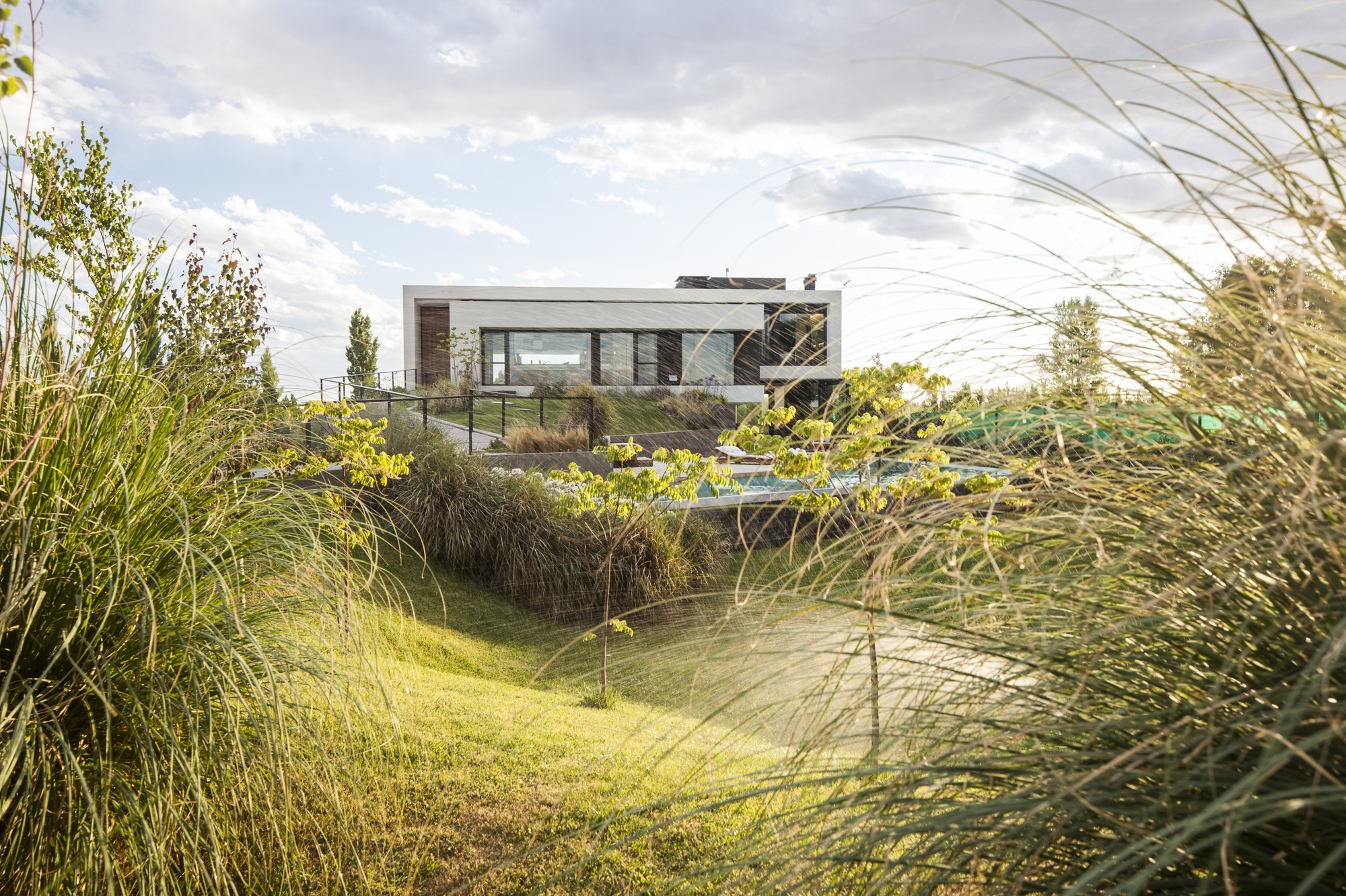 Casa rampa andr s remy arquitectos archdaily - Casas rusticas con jardin ...