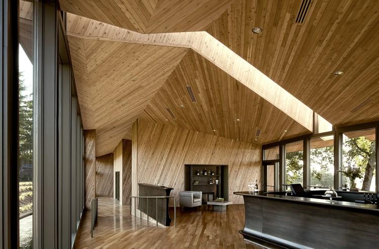Sala de Degustación en la Viña Sokol Blosser / Allied Works Architecture , © Jeremy Bitterman