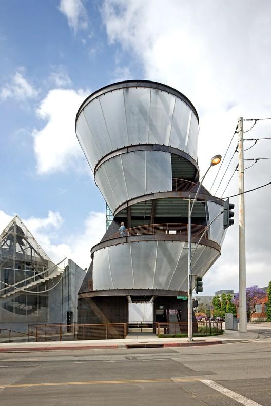 Courtesy of  eric owen moss architects & tom bonner photography