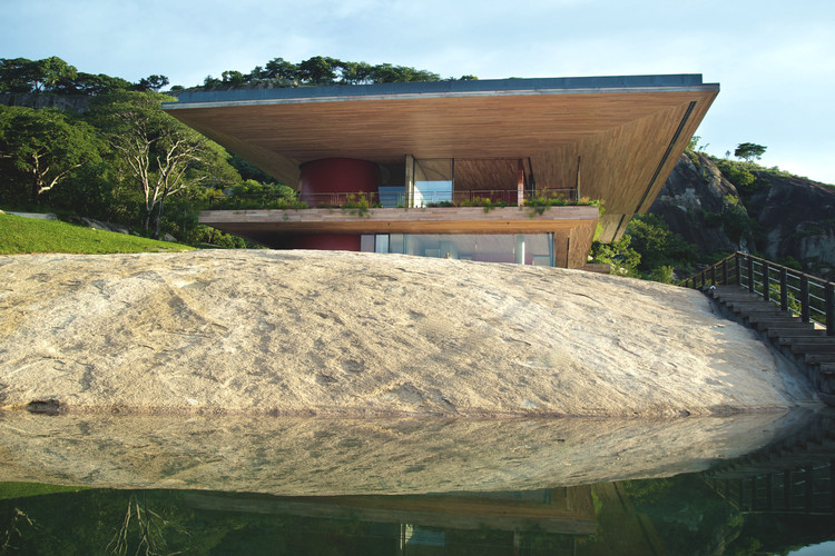 Gota Dam Residence: A House on a Rock / Sforza Seilern Architects, © Angela Geddes