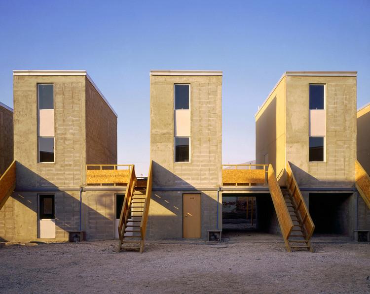 Quinta Monroy, el primer proyecto de vivienda progresiva de ELEMENTAL, antes de ser ocupado por sus propietarios. Imagen © Cristobal Palma / Estudio Palma