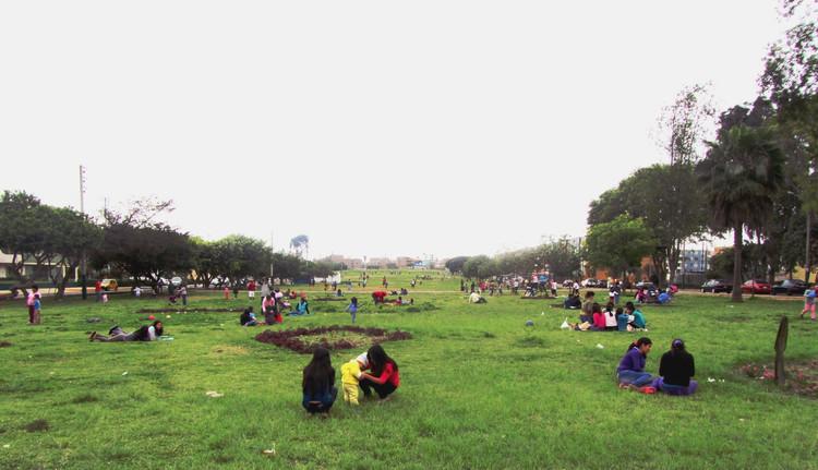 Pampas urbanas: La importancia de los espacios públicos no diseñados en Lima, Actividades en la pampa urbana Los Próceres. Image Cortesía de Bermy Urrutia Gonzales