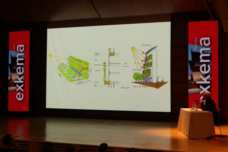 Arquitectura y sustentabilidad en la primera jornada de Ekotectura 2016, Enrique Brown en su charla de inauguración de Ekotectura 2016. Image © Nicolás Valencia