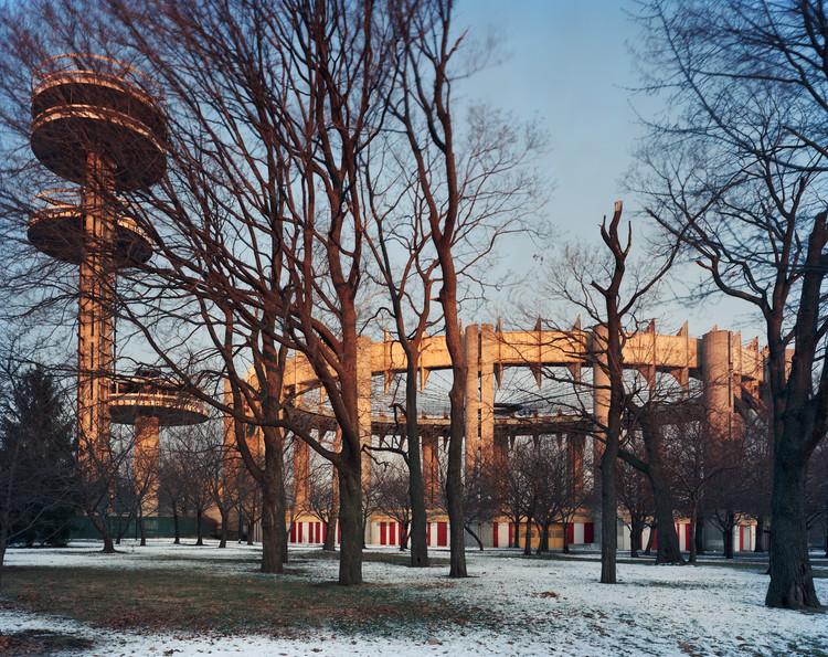 "Nueva York 1964 Feria mundial, ""Peace Through Understanding,"" New York State Pavilion, Vista invierno, 2014. Imagen © Jade Doskow"
