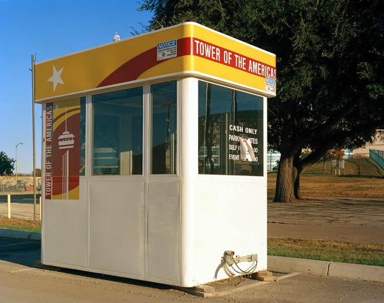 """San Antonio 1968 Feria mundial, """"La confluencia de civilizaciones en las Américas"""", Edificio Judicial con la Torre de las Américas, 2013. Imagen © Jade Doskow"""