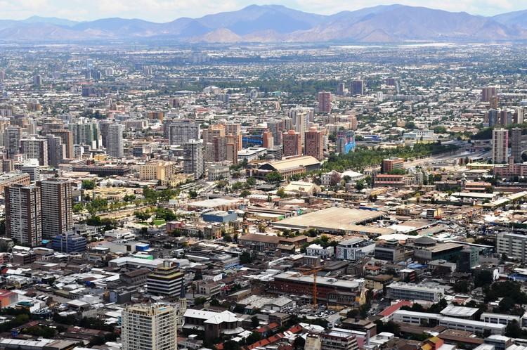 ONU alerta sobre disminución de espacios públicos en las ciudades, Santiago de Chile. Image © Gonzalo Baeza, vía Wikimedia Commons