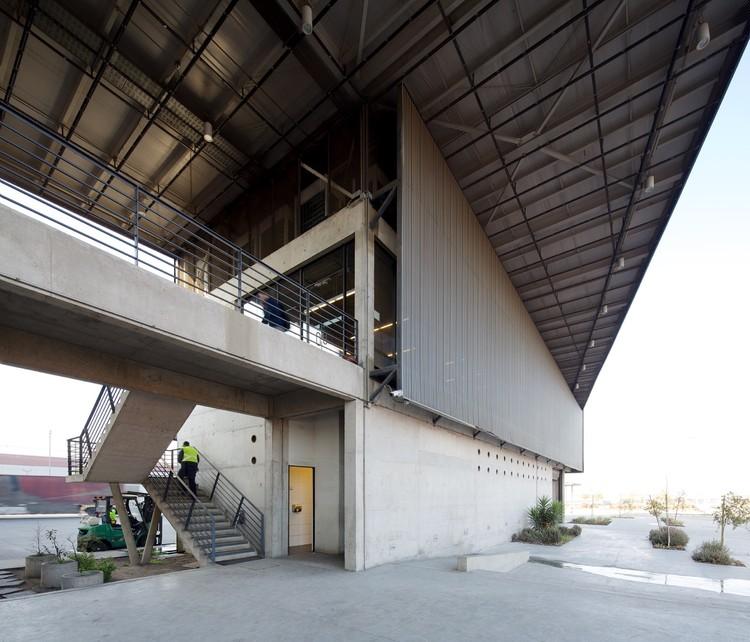 Edificio de Logística, Ventas y Marquesina de Expedición / Bastias|Cardemil arquitectos + Sabbagh Arquitectos, © Nico Saieh