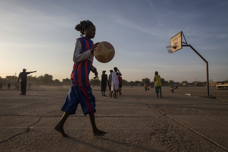 Niña jugando basketball en Gao, Mali. Image © Flickr User 'United Nations Photo' under license CC BY-NC-ND 2.0
