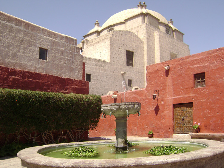 Monasterio de Santa Catalina en Arequipa. Image © Wikipedia User: Rasdar2. Licensed under Public Domain