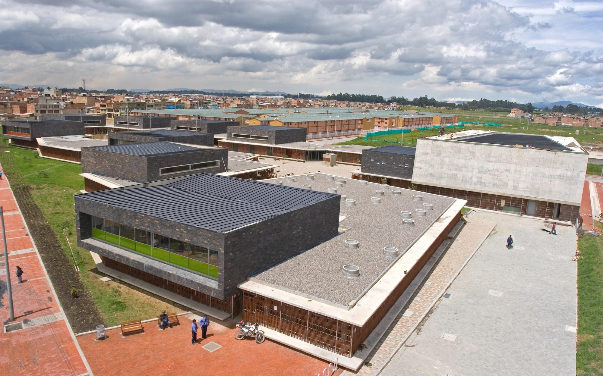 Colegio gerardo molina giancarlo mazzanti archdaily per for Plantas de colegios arquitectura
