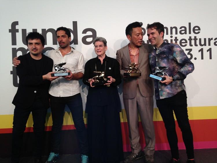 De izquierda a derecha: Pedro Alonso, Hugo Palmarola, Phyllis Lambert, Minsuk Cho y Andrés Jaque, ganadores de la Bienal de Venecia 2014. Image © Pola Mora