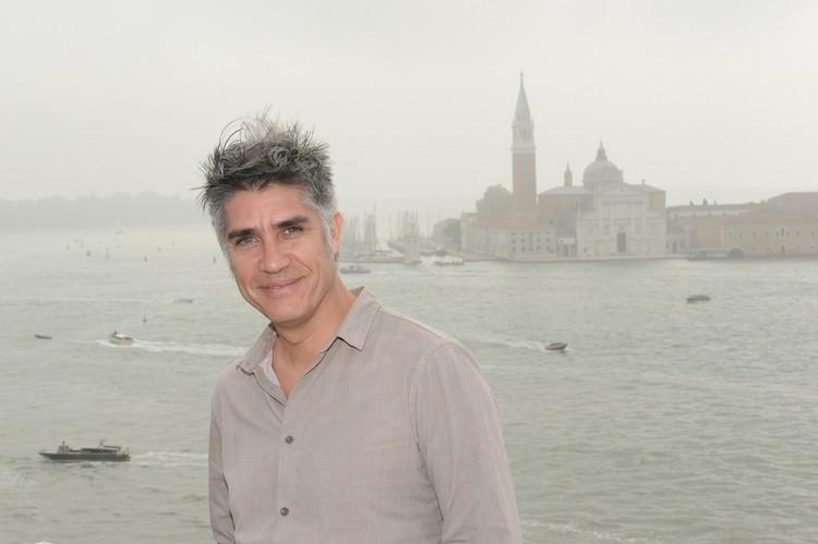 Alejandro Aravena, cofundador de ELEMENTAL y Premio Pritzker 2016. Image Cortesía de Biennale di Venezia