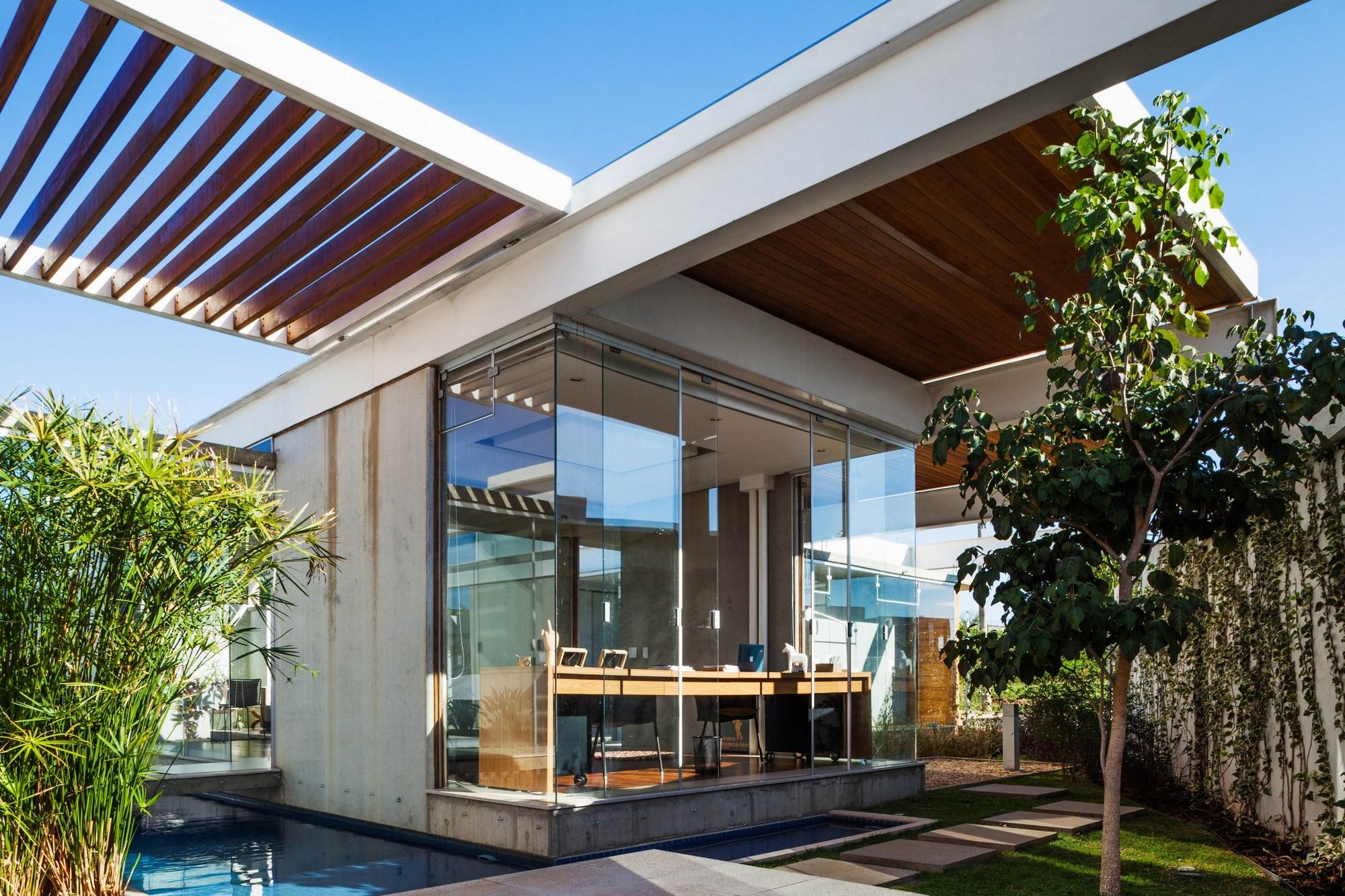 Sliding pergolas house fgmf arquitetos archdaily Pergolas de metal