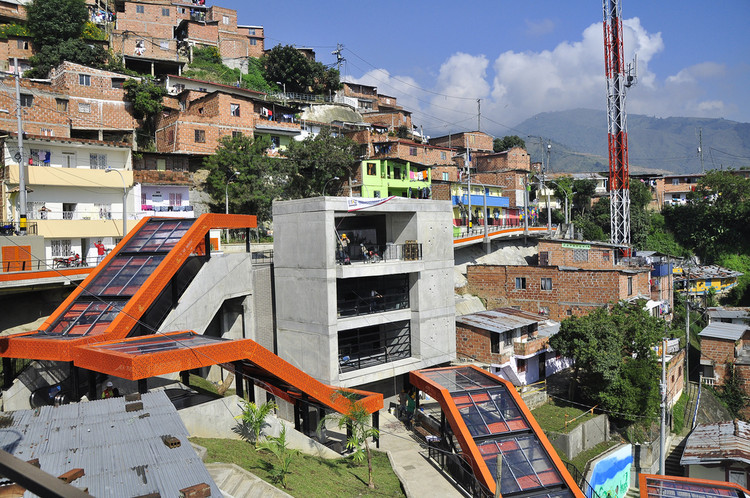 Escaleras mecánicas en Medellín, Colombia. Image © Embarq Brasil, vía Flickr