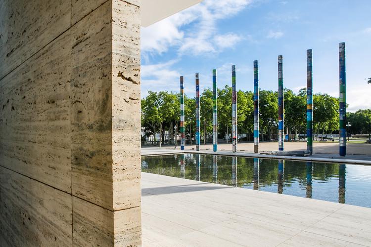 El Pabellón Mies van der Rohe recrea sus columnas jónicas con esta intervención, 'Columnas Cristalizadas', la intervención ganadora a 30 años de la reapertura del pabellón Mies van der Rohe. Image © Anna Mas