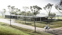 Sede do Centro Equestre da Fazenda Boa Vista / Isay Weinfeld