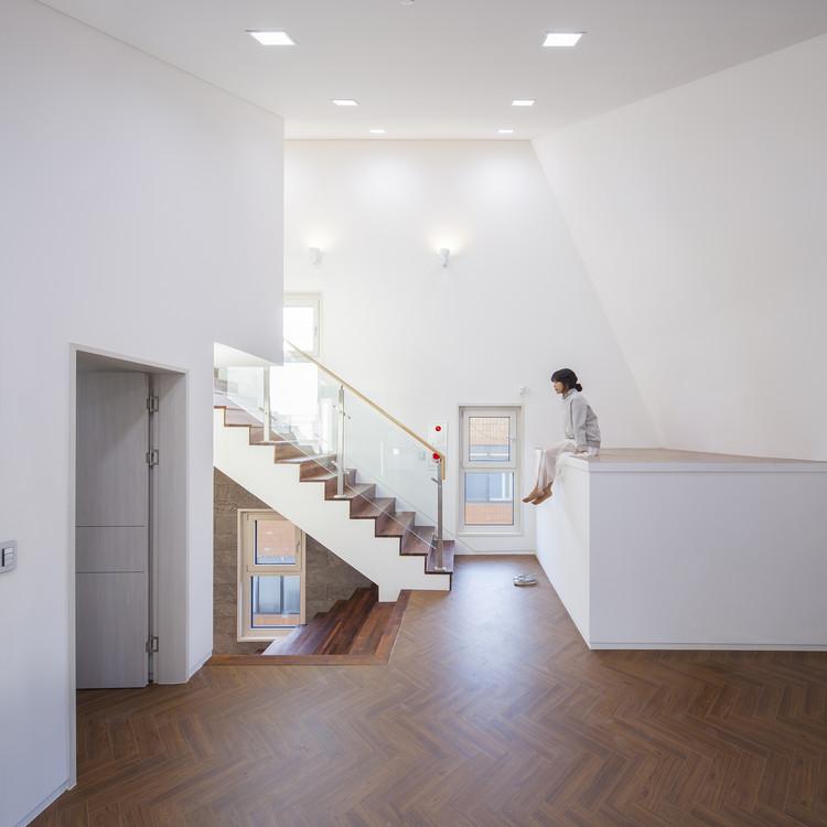 Borde blanco sobre ladrillo / Designband YOAP Architects, © In Keun Ryoo
