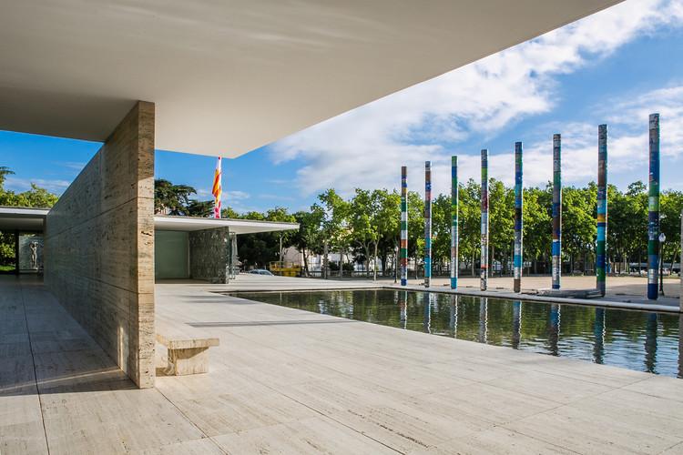 La fundación Mies Van der Rohe celebra los 30 años de la reconstrucción del Pabellón en Barcelona  , 'Columnas Cristalizadas', la intervención ganadora a 30 años de la reapertura del pabellón Mies van der Rohe. Image © Anna Mas