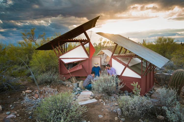 """Estudiantes de Taliesin West aprenden habilidades de supervivencia mediante la creación de """"pequeños refugios"""" en el desierto de Arizona, © Nathan Rist"""
