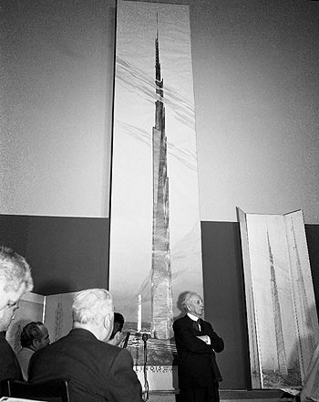 Conferencia de prensa que anuncia el proyecto The Mile-High Illinois (Chicago, Illinois). Proyecto sin construir. 1956. Imagen © The Frank Lloyd Wright Foundation Archives (MoMA | Avery Architectural & Fine Arts Library, Columbia University, Nueva York)