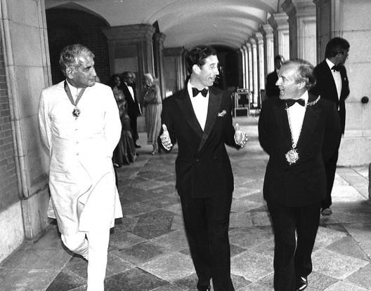 Correa después de la ceremonia RIBA medalla de oro real con el príncipe Carlos (1984). Imagen cortesía de Archivos Charles Correa