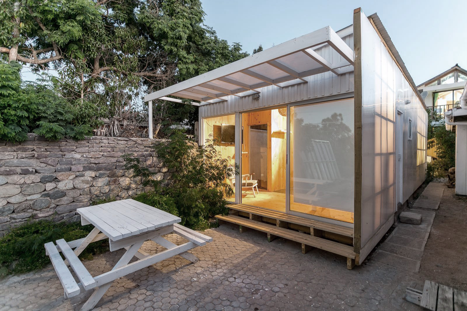 46 Sqm Small Narrow House Design With Low Cost Budget: Cabana De Policarbonato / Alejandro Soffia