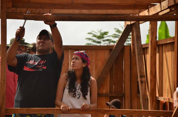 Rolando Tafur, co-director de CosntruyeIdentidad, y Alejandra Rojas en la construcción del colegio secundaria de Alto Sondoveni, Satipo. Image © Construye Identidad