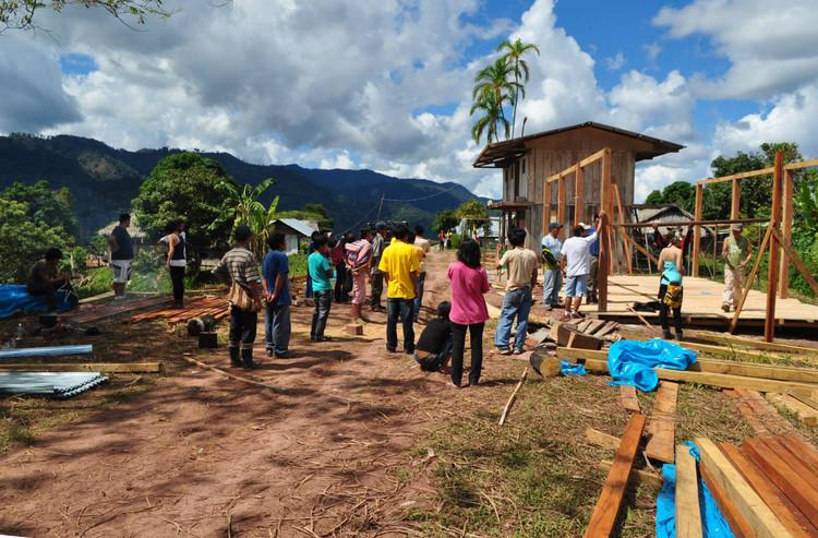 Un proyecto en Perú que va más allá de la técnica y la historia: Construye Identidad , Construcción de centro comunal en la comunidad de Alto Sondoveni, Satipo. Image © Construye Identidad