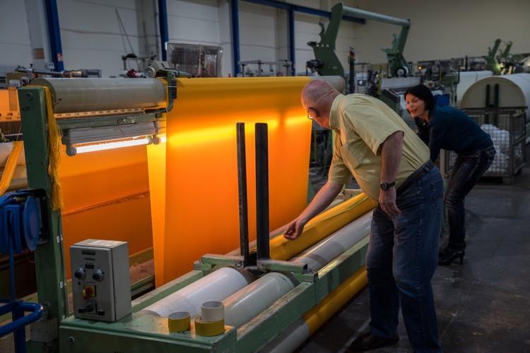 Agosto 2014: En una fábrica de textiles en Setex se fabrican 90.000 metros cuadrados de tela de color amarillo brillante (Greven, Alemania). Image © Wolfgang Volz