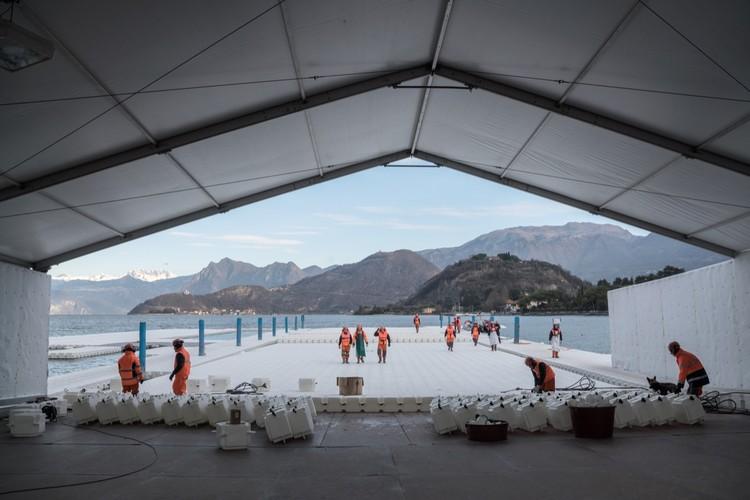 Enero 2016: En la sede de Montecolino, trabajadores de la construcción ensamblan los muelles, que se montan en segmentos de 100 metros de largo y se almacenan fuera de Montecolino en el Lago Iseo. Image © Wolfgang Volz