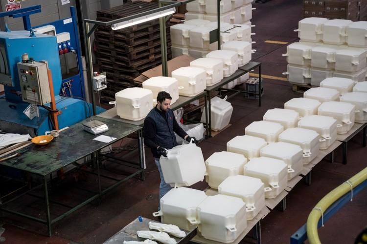 Enero 2016: En una fábrica en Fondotoce en el Lago Maggiore, 200.000 cubos de polietileno de alta densidad se fabrican en un período de ocho meses antes de la entrega en el sitio de trabajo en Montecolino. Image © Wolfgang Volz