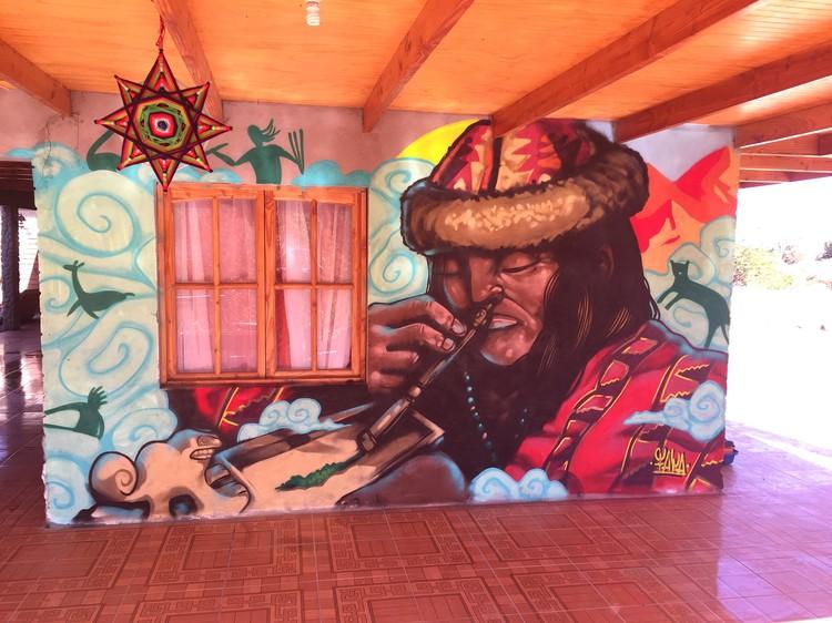 Mural en San Pedro de Atacama. Image Cortesía de Faya E.C.