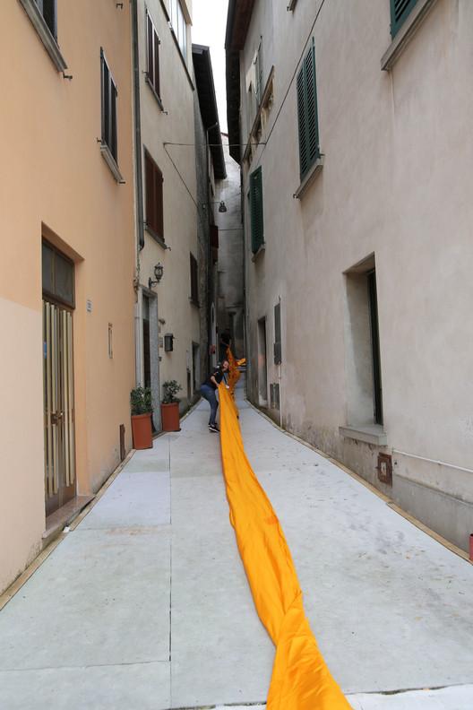 Desde el 15 de junio hasta la tarde del 17 de junio, los equipos desplegaron 100.000 metros cuadrados de tela amarilla brillante sobre los muelles y calles peatonales en Sulzano y Peschiera Maraglio. Image © Wolfgang Volz