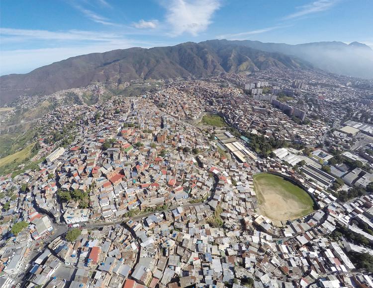 Imagen aérea de la UPF 5 Catia Oeste. Image © Enlace Arquitectura