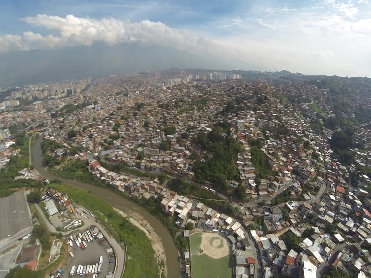 Imagen aérea de la UPF 8 Petare Sur. Image © Enlace Arquitectura