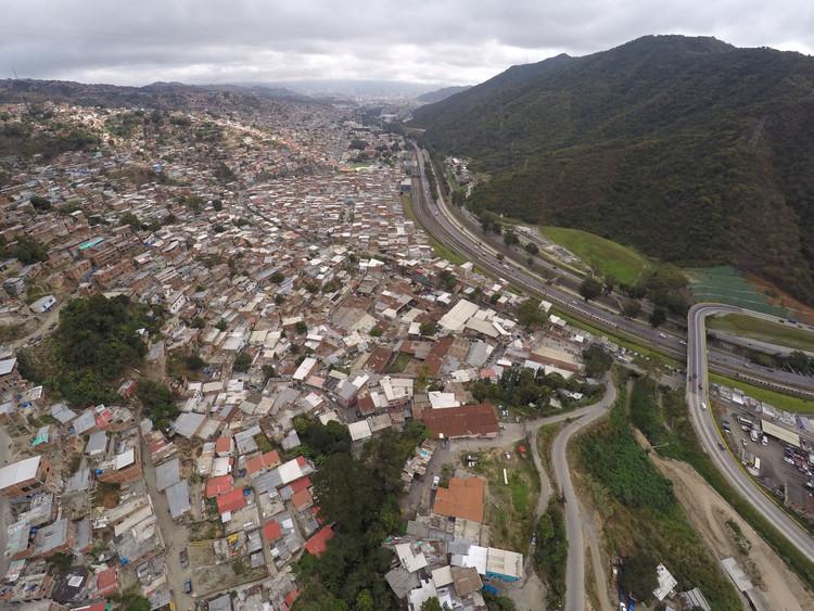 Imagen aérea de la UPF 9 Antímano. Image © Enlace Arquitectura