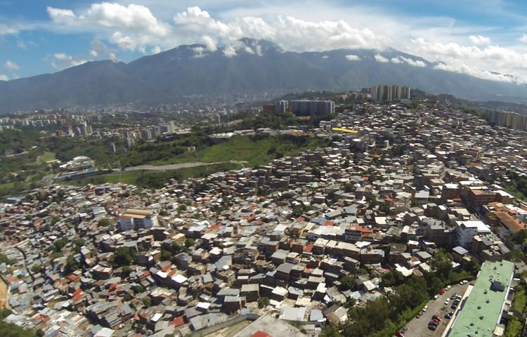 Imagen aérea de la UPF 12 Las Minas es la UPF más densa de Caracas, con casas de hasta 6 y 7 pisos. Image © Enlace Arquitectura