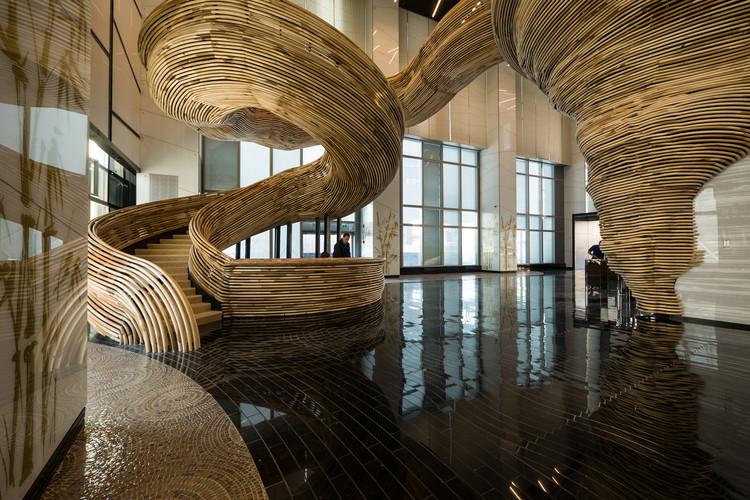 Atrio de un Lobby / Oded Halaf y Tomer Gelfand , © Itay Sikolski (NUMSIX)