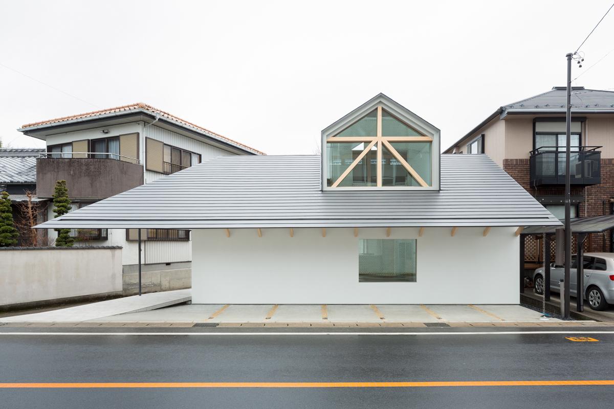 Casa con ventana de buhardilla hiroki tominaga atelier - Casas con buhardilla ...